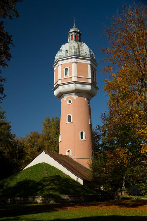 Mit 36 Metern Eigenhöhe das Wahrzeichen Neu-Ulms, der Wasserturm im Kollmannspark beim Glacis.