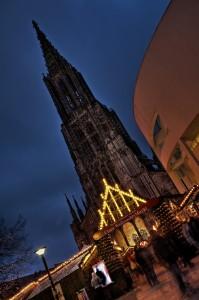 Der Ulmer Weihnachstmarkt mit dem Ulmer Münster als Kulisse