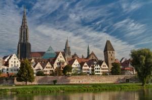 Ansicht Ulm über die Donau hinweg im Sommer