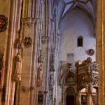 Das Seitenschiff des Ulmer Münsters mit dem Taufbecken