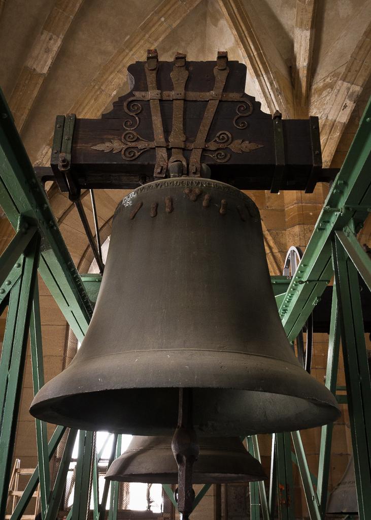 Ulmer Schwörglocke im Glockenstuhl des Ulmer Münsters
