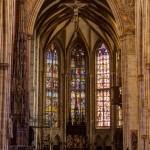 Blick in den Chor des Ulmer Münsters mit dem Kreuzaltar, Sakramentshaus und das Wandbild des Weltgerichts
