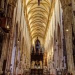 Das Mittelschiff des Ulmer Münsters mit dem Kreuzaltar