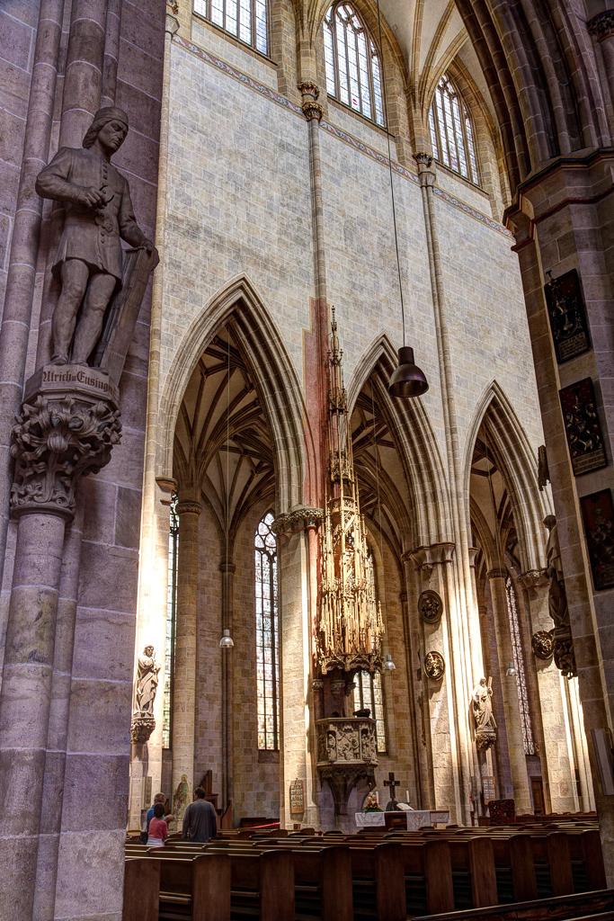 Blick in das Mittelschiff des Ulmer Münsters, mit der Kanzel und Ulrich von Ensinger