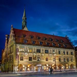 Das stimmungsvolle Poster zeigt das Ulmer Rathaus zur blauen Stunde.